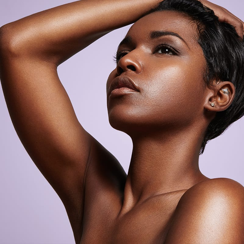 Hübsche Afroamerikanerin nach Anti-Aging Behandlung in Konstanz
