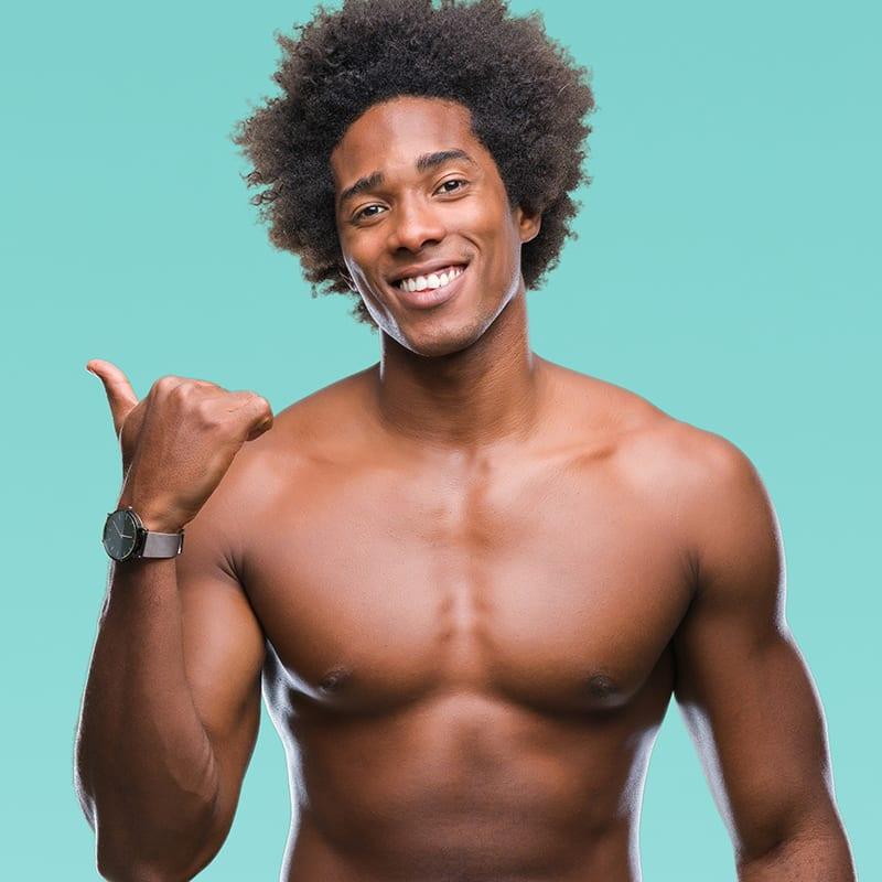 Afroamerikanischer Mann nach dauerhafter Haarentfernung im Kosmetikstudio in Konstanz