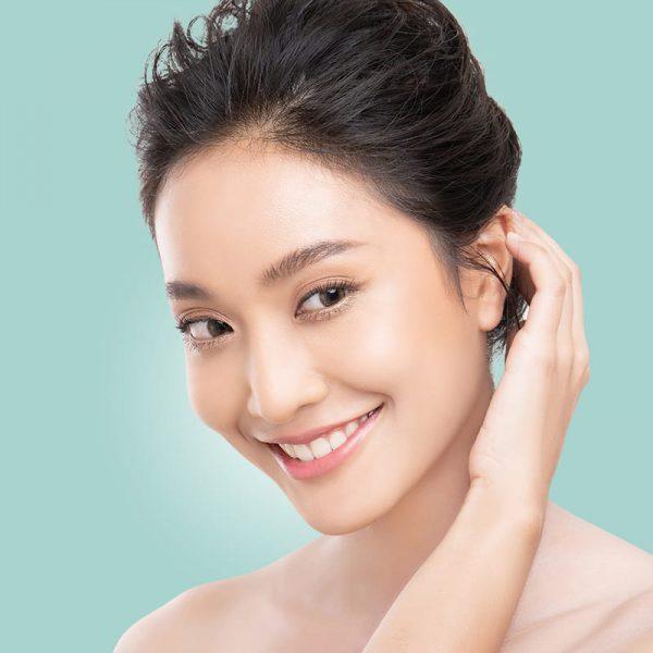 Asiatische Frau nach Anwendung der NOON Aesthetics-Produkte