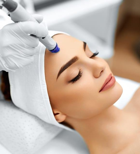 Dame mit geschlossenen Augen bei der Behandlung mit HydraFacial in Konstanz