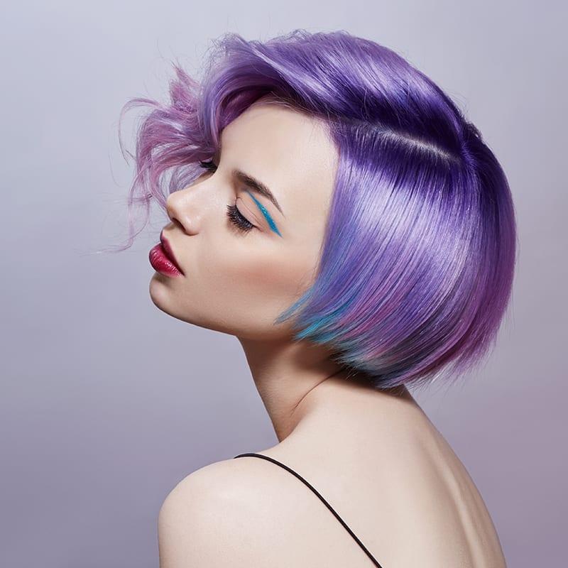 Dame mit lila Haaren nach der Behandlung zur Depigmentierung in KonstanzKonstanz