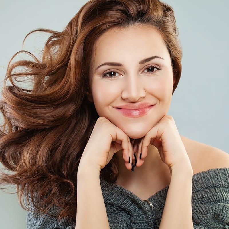 Glückliche hübsche Frau nach der Behandlung zur Hautverjüngung in Konstanz