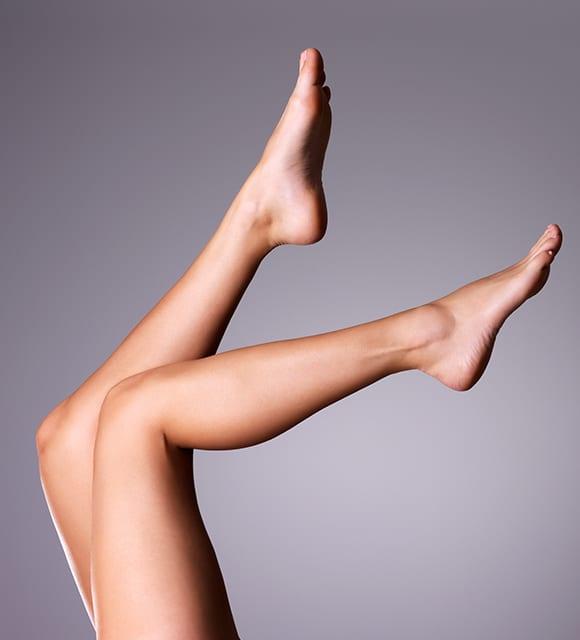 Hochgestreckte Beine einer Dame nach der dauerhaften Haarentfernung in Konstanz