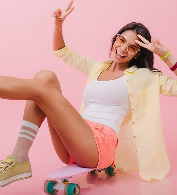 Lachende junge Frau nach der Cellulite-Behandlung in Konstanz