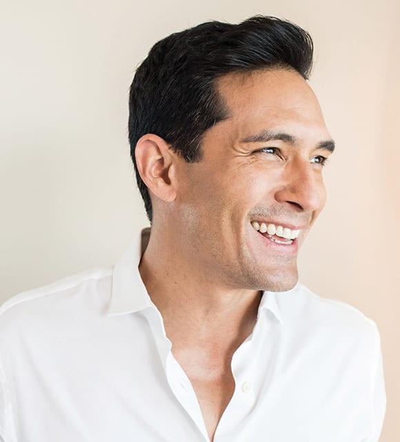 Lachender Mann vor der Behandlung mit Microneedling in Konstanz