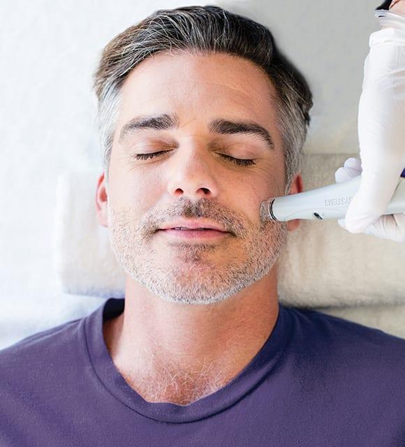 Mann bei der Behandlung mit HydraFacial in Konstanz