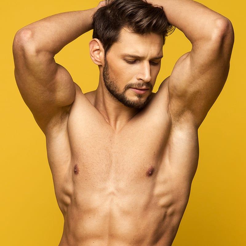 Muskulöser hübscher Mann in Kosmetikstudio Konstanz