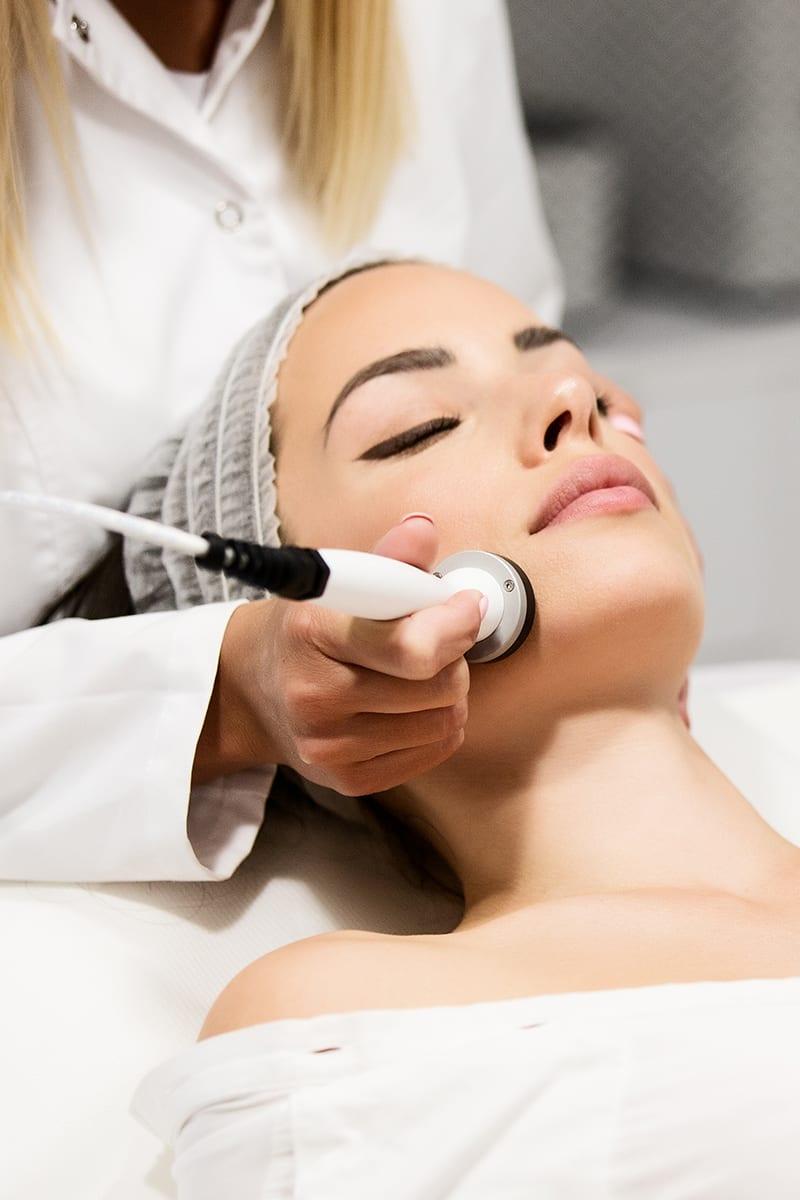 Dame während der Behandlung im Kosmetikstudio in Konstanz