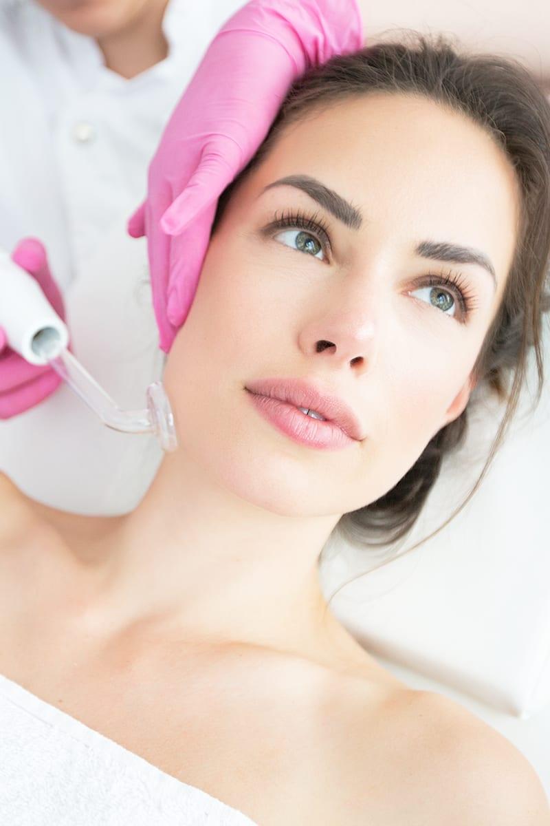 Frau wird im Kosmetikstudio in Konstanz behandelt