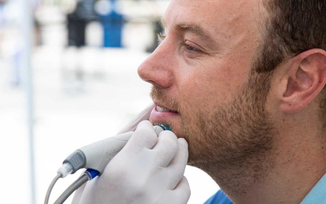 Mann bei der HydraFacial-Behandlung in Konstanz