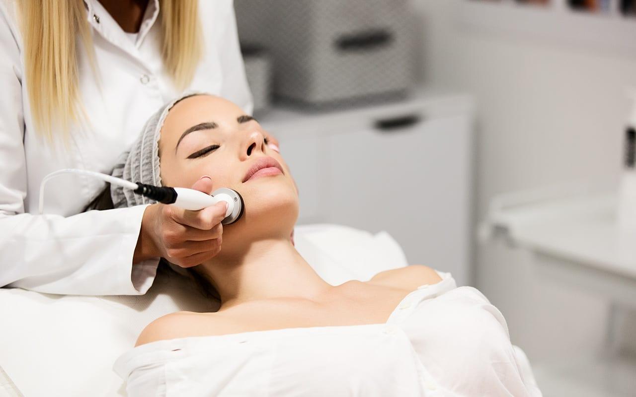 Junge Dame bei einer Therma Face & Body Behandlung